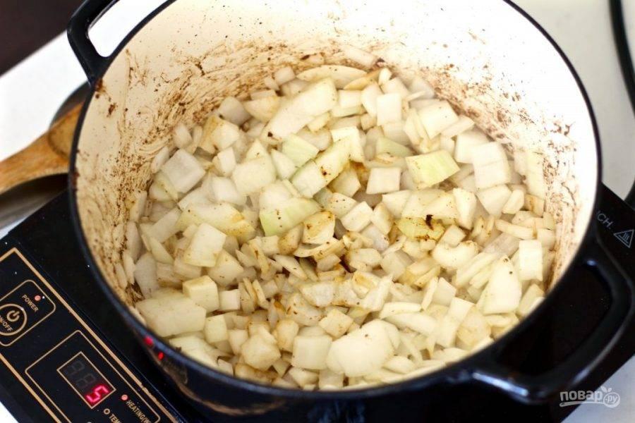 3.Очистите и нарежьте кубиком лук, выложите его в кастрюлю, где обжаривали мясо.