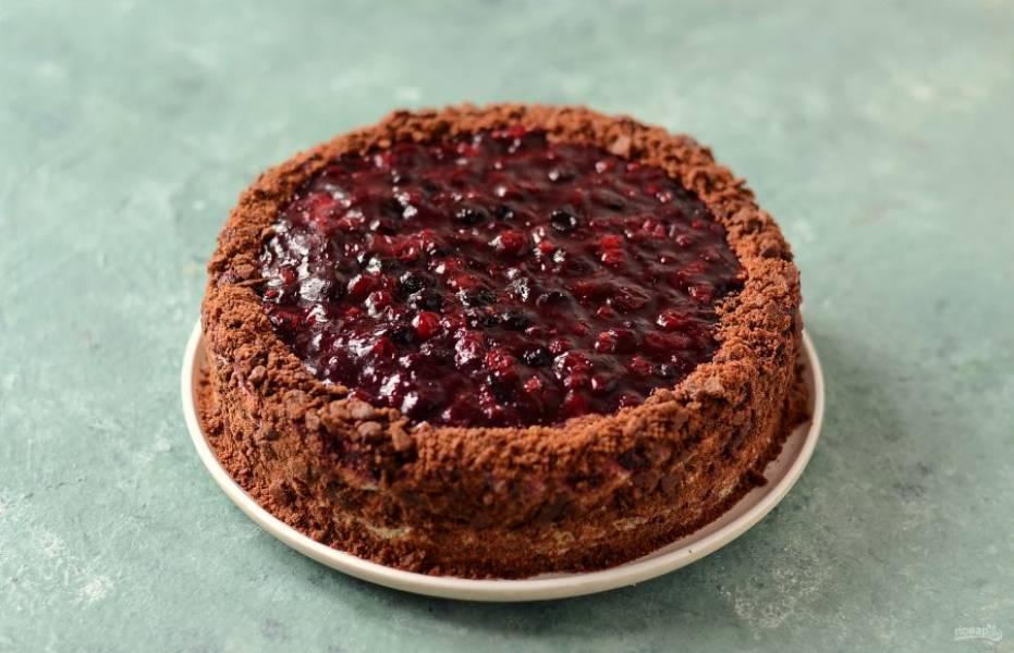 Снимите пленку, присыпьте торт крошкой. Оставьте на 4-6 часов в холодильнике.