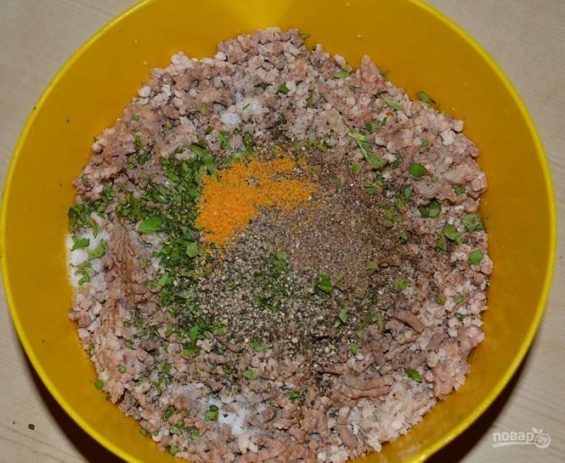 2.Измельчите мясные продукты с помощью мясорубки или блендера, добавьте рубленую зелень, все специи и соль.