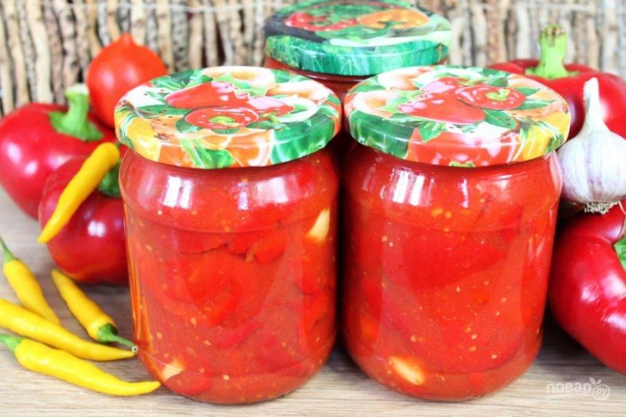 Перец в томатном соусе перекладываем в стерильные банкам и закатываем металлическими крышками. Готово!
