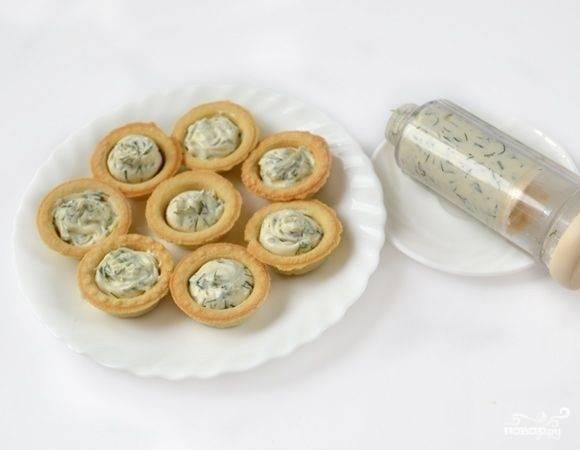 4. Начиняем тарталетки сыром и зеленью.