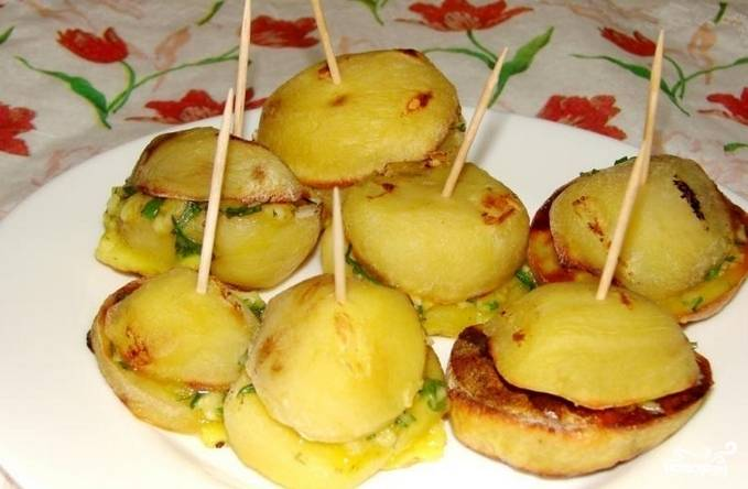 Накрываем одну половинку картошки другой половинкой и скрепляем нашу конструкцию зубочисткой. Противень смазываем маслом, укладываем на него картофель. Запекаем наше блюдо в духовке 25 минут. Приятного аппетита!
