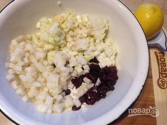 3. Нарезаем яблоко и грушу маленькими кубиками и сбрызгиваем соком лимона, добавляем клюкву или изюм и перемешиваем.