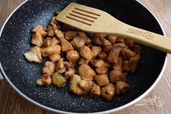 Для соуса терияки смешайте мед, соевый соус, мирин, саке. Влейте к мясу соус и готовьте до его загустения.