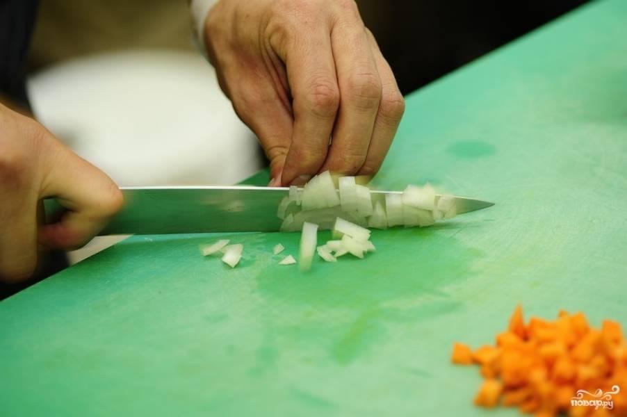 Пока обжариваются грибы, мелко нарезаем лук (делаем это очень быстро).