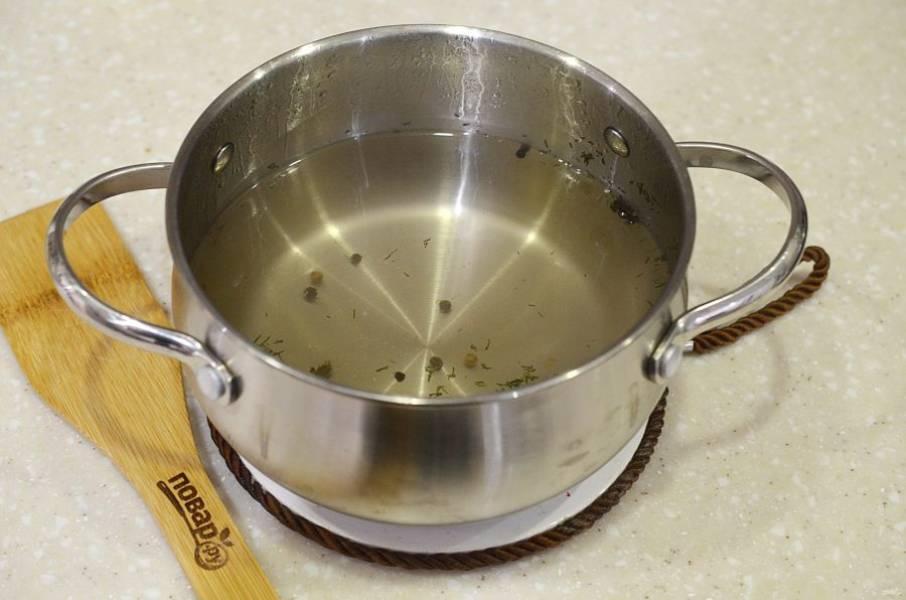 3. Вскипятите все ингредиенты для рассола.