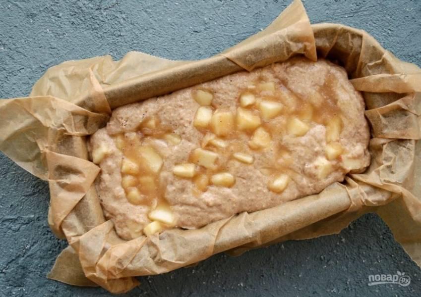 Застелите пергаментом форму для выпечки, смажьте его небольшим количеством масла. Выложите тесто в форму, сверху выложите оставшуюся яблочную смесь.