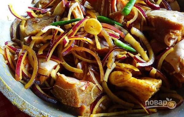 4. Мясо немного промариновалась, переложите его в казан или другую посуду с толстым дном (желательно жаропрочную, чтобы потом не перекладывать).