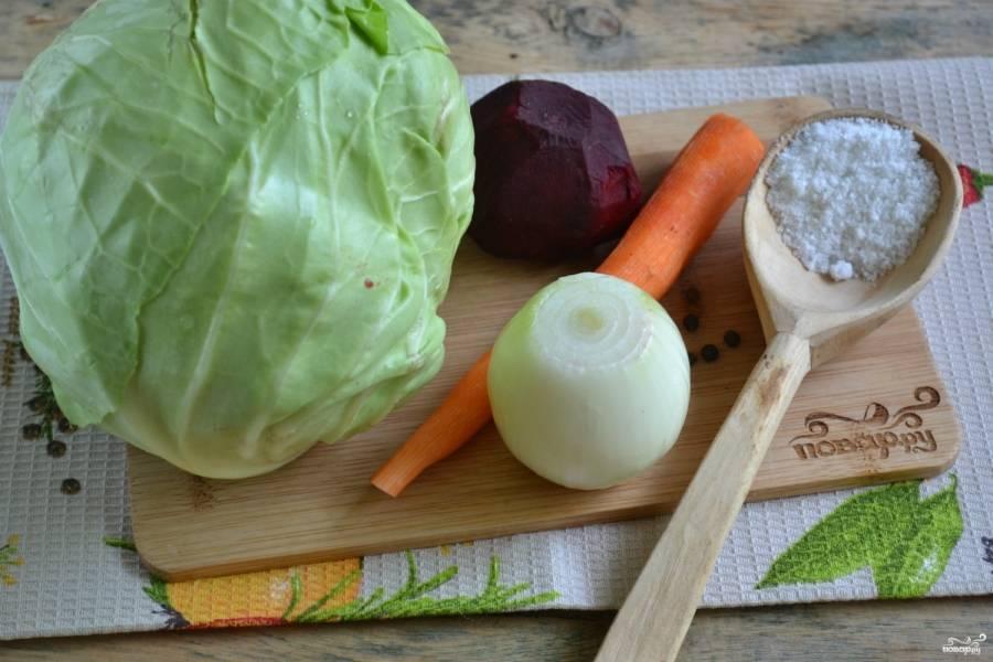 Подготовьте все необходимые ингредиенты. Советую использовать капусту небольшую по размеру. Я беру молодую капусту. Пропитываясь соком свеклы, она получается просто восхитительной на вкус.