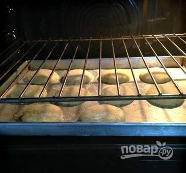 Отправьте в разогретую духовку до 160 градусов на 12-15 минут. Печенье должно остаться светлым.