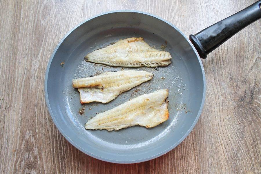 Рыбное филе посолите и обжарьте на разогретом растительном масле с двух сторон до золотистой корочки.