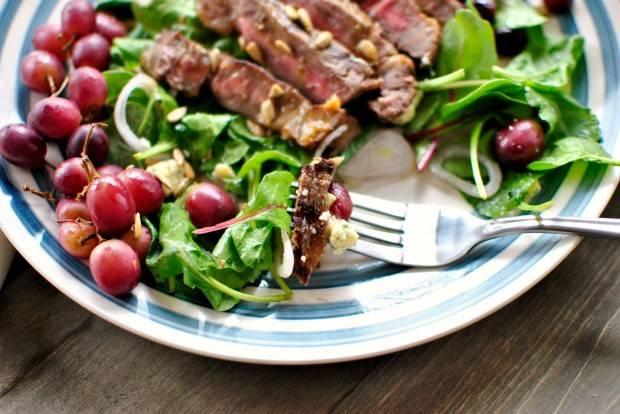 4. Особенно вкусен этот салат, если подавать его с говяжьим стейком. Попробуйте!