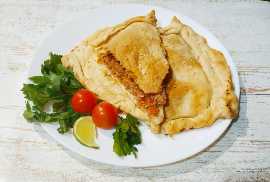 Смажьте пирог оливковым маслом, посыпьте кунжутом, отправьте в разогретую до 180 градусов духовку на 30-35 минут.