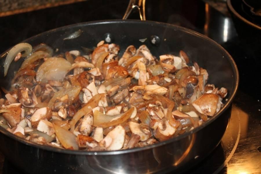 2. Грибы отвариваем до полуготовности в подсоленной воде и затем обжариваем на сковороде вместе с оставшейся мякотью кабачков и измельченным луком. Специи и масло - по вкусу. Фаршируем лодочки.