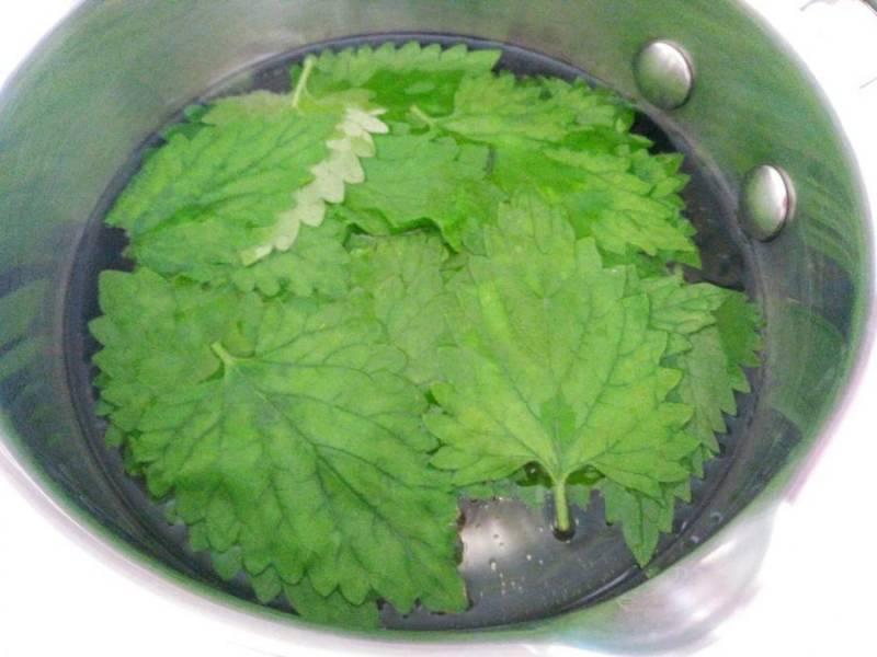 Поместите листья мяты в сотейник и влейте указанное количество воды, нагрейте содержимое сотейника до горячего состояния (70-80 градусов), кипятить воду не нужно.