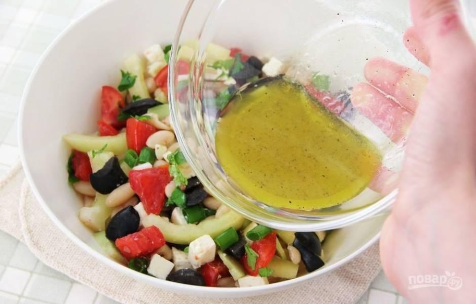 4.Заправляю салат ранее приготовленной заправкой и еще раз перемешиваю.