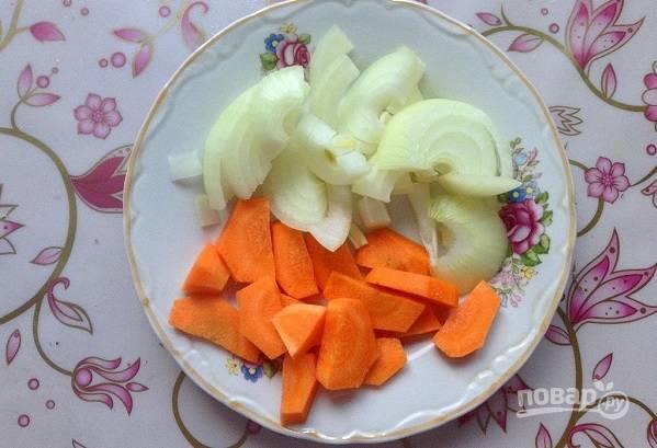 3. Морковь и лук очистите и измельчите.
