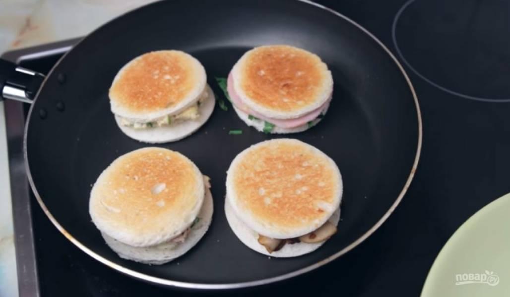 7. Все сэндвичи прикройте вторым ломтиком хлеба и обжарьте с обеих сторон на сухой сковороде на среднем огне до золотистой корочки.