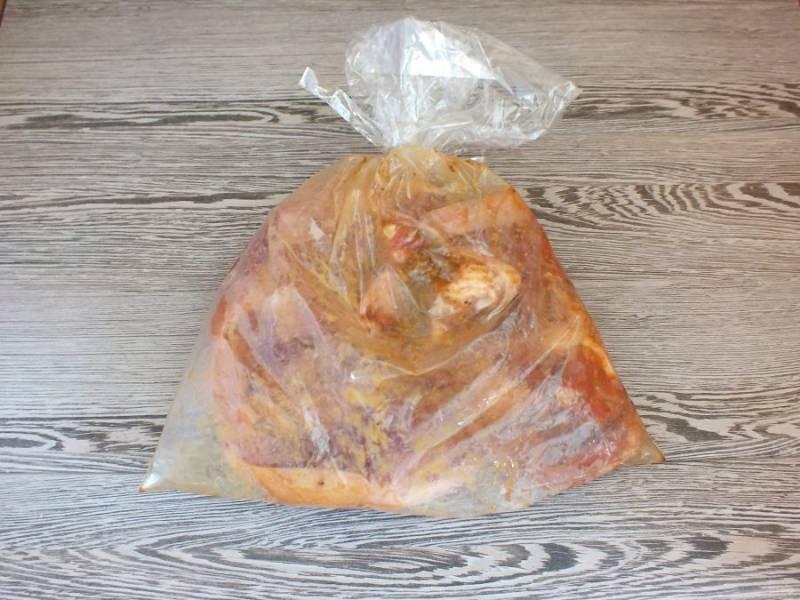 Пакет завяжите и хорошо встряхните содержимое. Попереворачивайте, чтобы стейки обвалялись в специях и мёде. Оставьте при комнатной температуре на 2 часа. Через каждые 30-40 минут пакет встряхивайте. По истечении времени переложите пакет на противень или в форму. Поставьте запекаться в разогретую до 180 градусов духовку на 1 час.