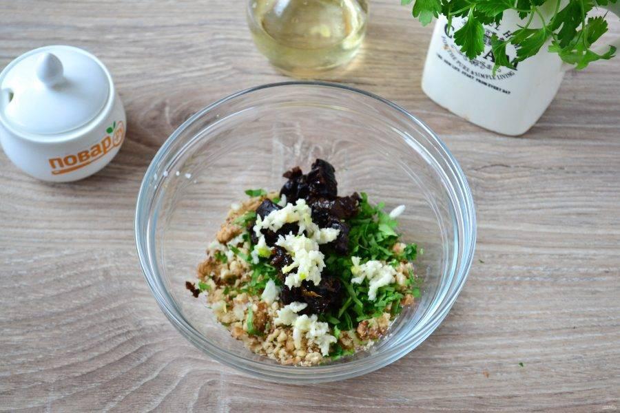 Соедините орехи, чернослив, зелень, выдавите чеснок через пресс, добавьте соль и перец.