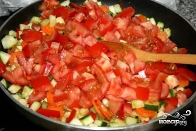 В последнюю очередь добавляем помидоры. Если помидоры у вас спелые - кожицу с них лучше снять.