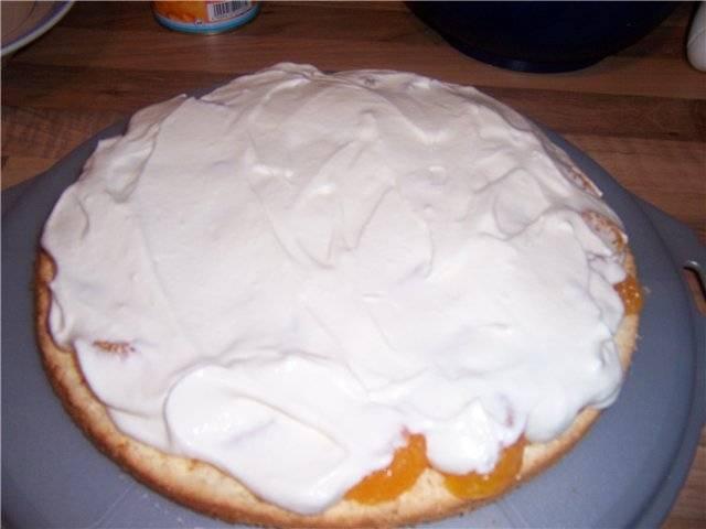7. Нижний корж при желании можно пропитать сиропом. Сверху выложить мандарины и промазать кремом.