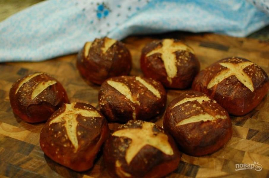 9.Поставьте противень с булочками в заранее разогретую до 220 градусов духовку и выпекайте в течение 15 минут. Остудите полученные булочки и подавайте к столу.