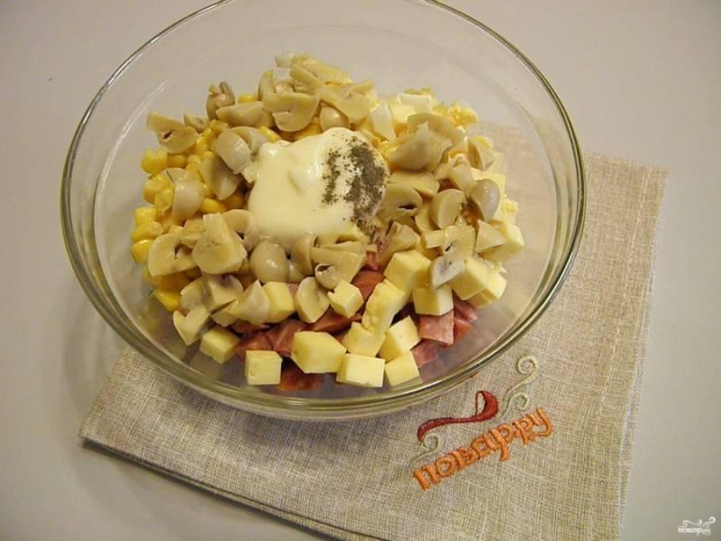 Соедините все ингредиенты салата, добавьте к ним соль, перец черный молотый и майонез.