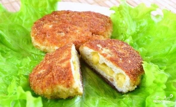 7.Котлеты с сырной начинкой готовы! Выкладываем на блюдо и подаем к столу со свежими овощами или соусом. Приятного аппетита!