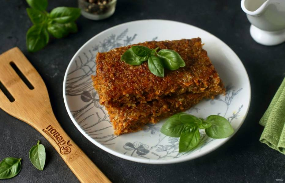 Запеканка из моркови с фаршем готова. Нарежьте ее на порции и подавайте к столу. Приятного аппетита!
