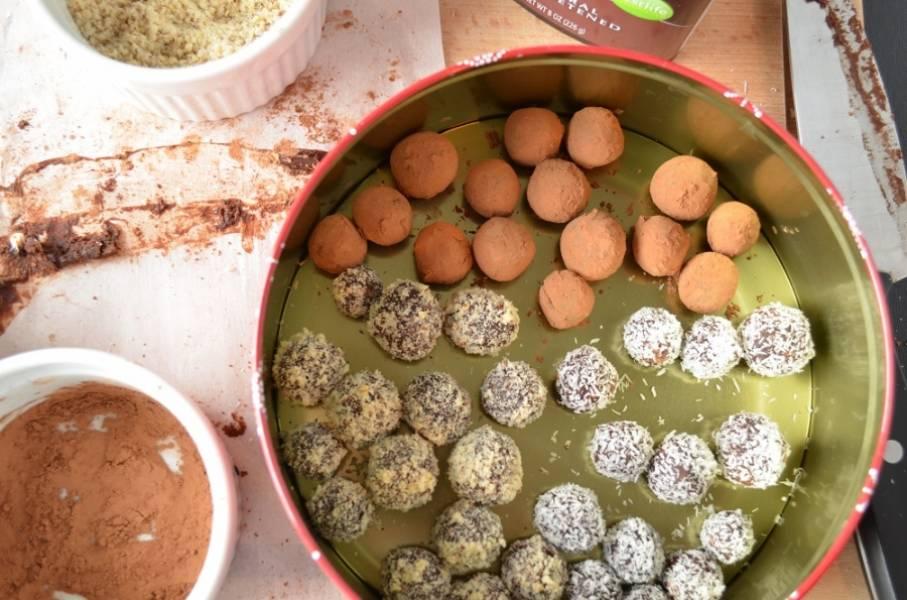 3. Теперь можно обвалять трюфели в тертом шоколаде, соли, какао, молотых орехах или кокосовой стружке. Перед тем, как будете обваливать шарики, прогрейте их в руках.