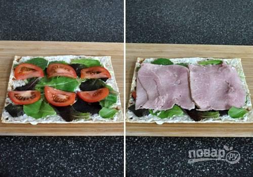 2. Вымойте и обсушите помидор. Отрежьте несколько тонких ломтиков и выложите на салат. Следом — ветчина. Я не рекомендую резать ее, лучше всего выкладывать целиком.