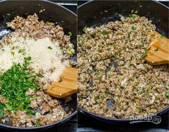 5. Затем добавьте зелень и натертый сыр (лучше всего пармезан). Обжарьте, пока не расплавиться сыр.
