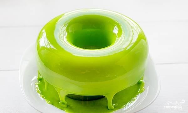 Перед нанесением глазури, полностью остудите торт или пирожное. Саму глазурь нагрейте на водяной бане до 35 градусов, а потом поливайте изделие.