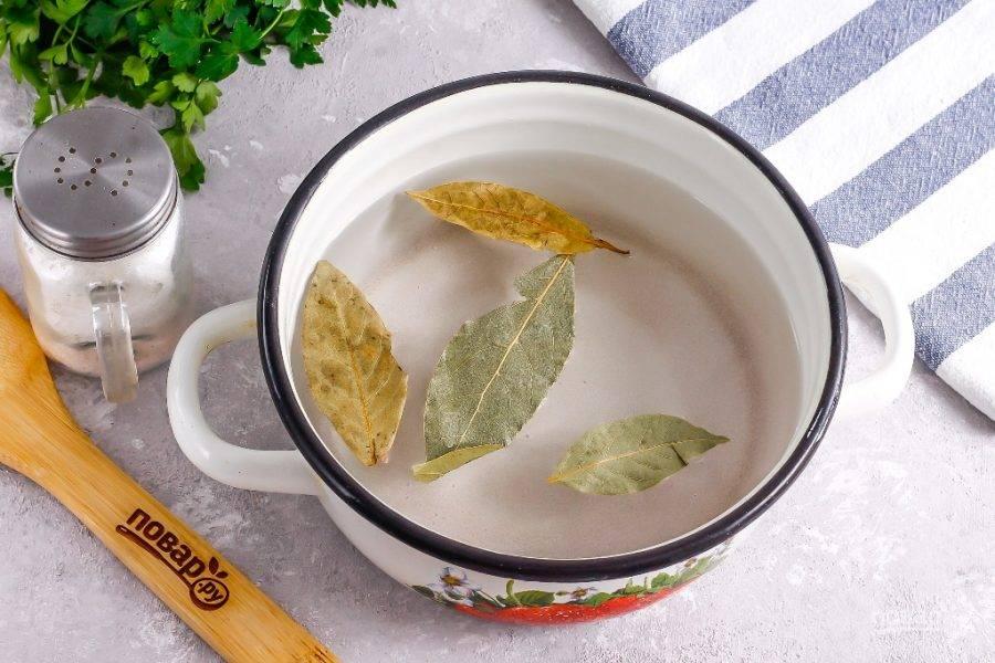 Влейте теплую воду и тщательно растворите все специи в воде. По желанию рассол можно довести до кипения, но в этом нет никакой необходимости.