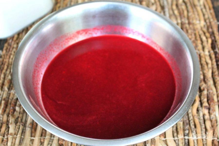 Хвостики, семечки и шкурки удаляем, (из них можно компот сварить), а сок с мякотью переливаем в миску.