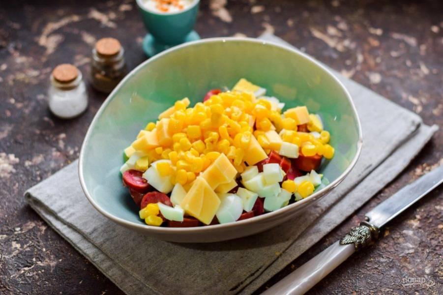 Добавьте следом в салат консервированную кукурузу.