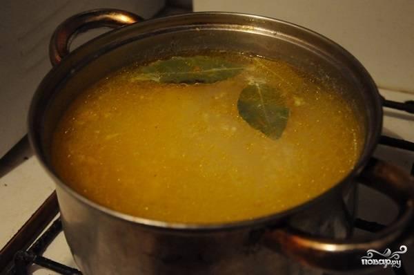 5. Добавьте еще соли по вкусу и специи. Варите на среднем огне около 10 минут. Вот такой интересный и простой вариант, как сделать классический суп с фрикадельками. Осталось только взбить вилкой в небольшой мисочке яйцо и влить его в кастрюлю. Через пару минут блюдо можно подавать к столу.