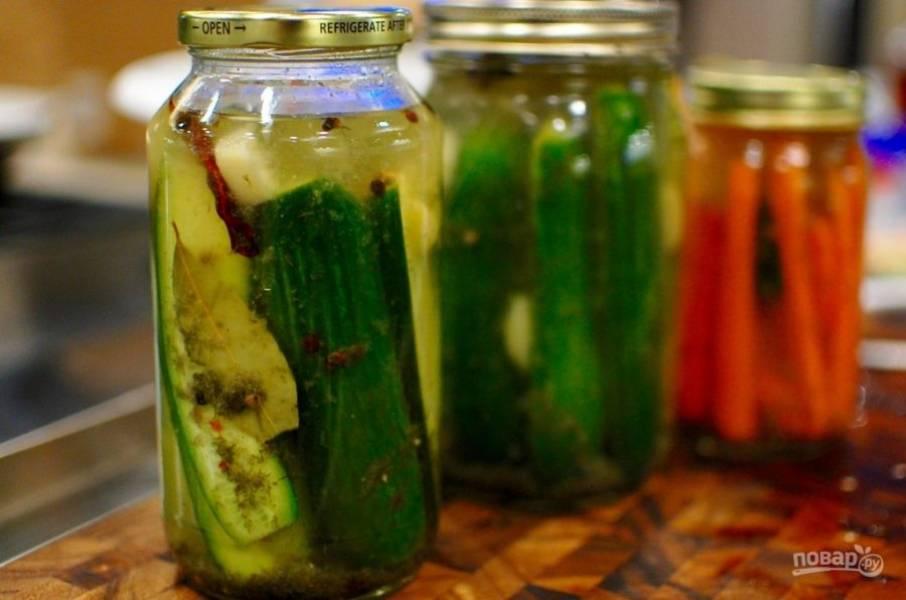 8. Закупорьте банки крышками и оставьте до полного остывания, затем уберите в холодильник и наслаждайтесь ими уже через 2-3 дня. Приятного аппетита!