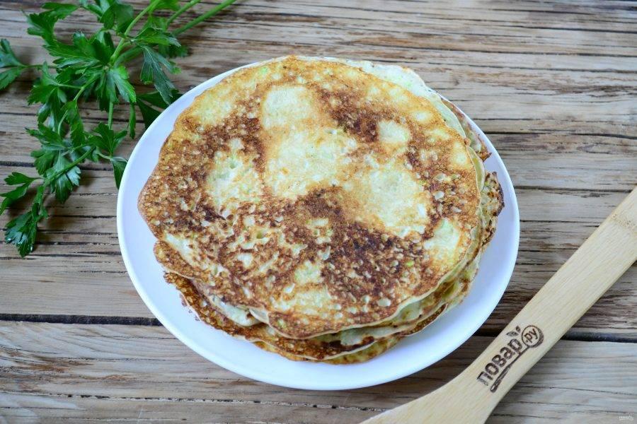 Разогрейте сковороду с каплей растительного масла. Вылейте в сковороду примерно 100 мл теста (количество зависит от размера сковороды), распределите тесто по всей поверхности сковороды и выпекайте по несколько минут с каждой стороны.