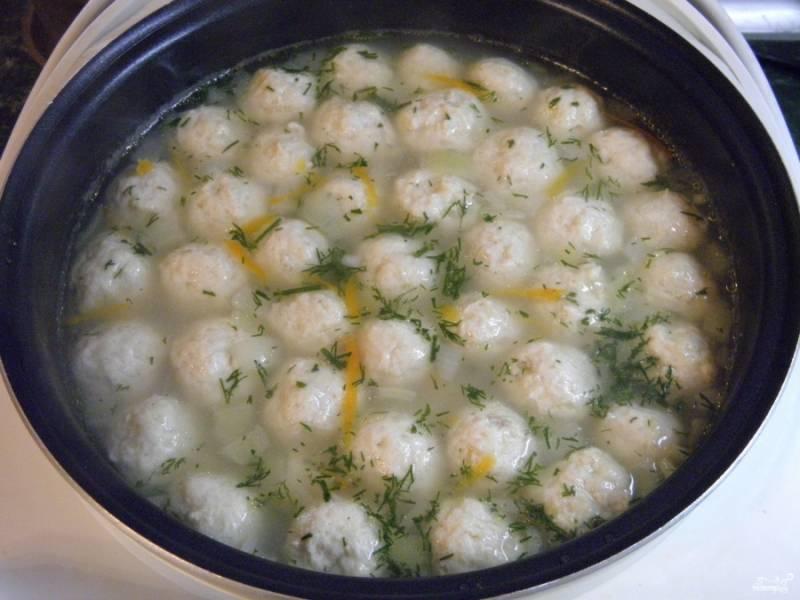 В конце варки откорректируйте суп на соль, добавьте любимые специи и зелень. Суп готов!