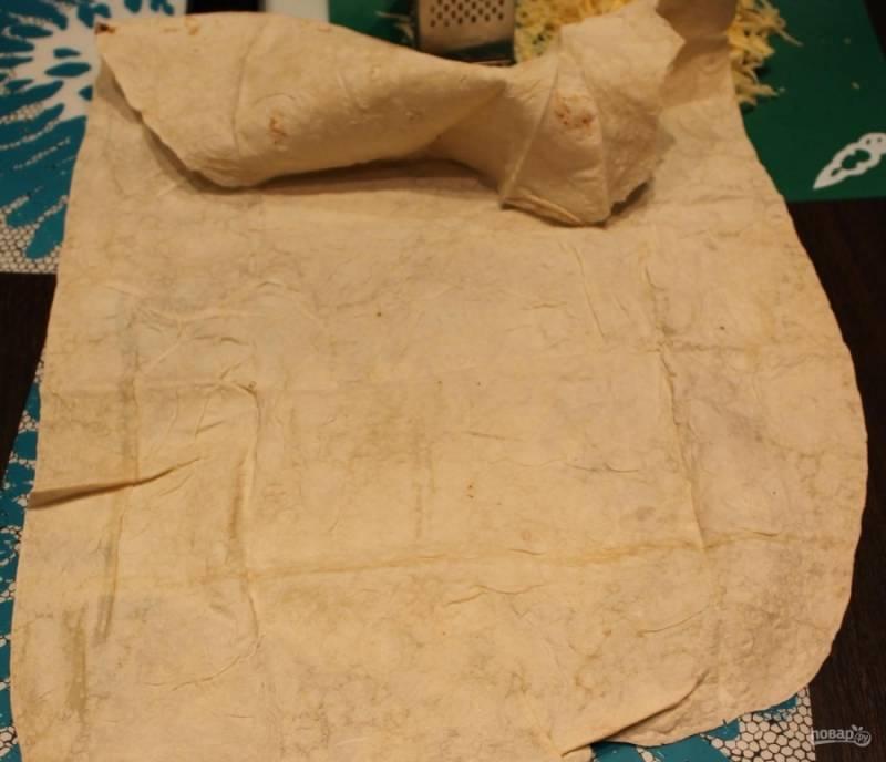 1.Тонкий армянский лаваш достаю из упаковки, расправляю его на столе, загибаю одну часть.