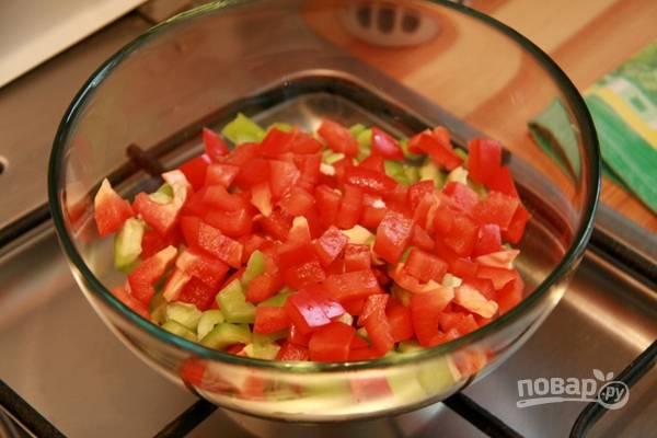 2.Перцы у меня двух цветов: красный и зеленый. Мою их, разрезаю на 2 части, очищаю от семян и нарезаю небольшим кубиком.