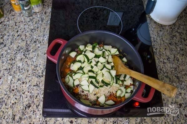 10. Выложите цукини, киноа и влейте воду. Доведите до кипения и варите 20 минут на среднем огне.