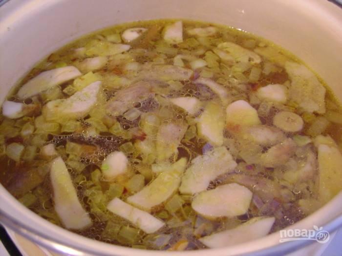 В это время в бульон добавьте картофель дольками. Спустя 10 минут всыпьте зажарку.