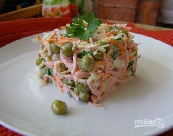 Все продукты, включая горошек, соедините. Заправьте салат майонезом или сметаной. Добавьте соль по вкусу. Перемешайте. Приятного аппетита!