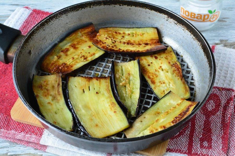 Налейте немного масла в сковороду, обжаривайте баклажаны с двух сторон по 2 минутки. Обжарьте все баклажаны.