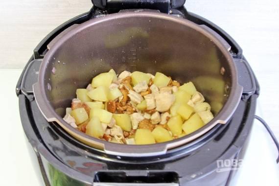 Посолите все ингредиенты, тщательно их перемешайте. Залейте водой и поставьте в режим тушения. Готовьте блюдо тридцать-сорок минут.