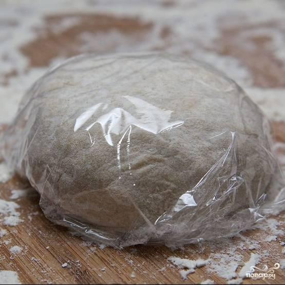 Формируем из теста шар, заворачиваем его в пищевую пленку, оставляем в стороне на 20 минут.