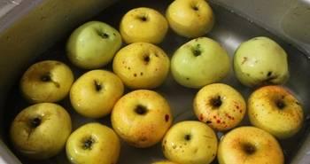 Яблоки промойте и очистите от шкурки и семечек.
